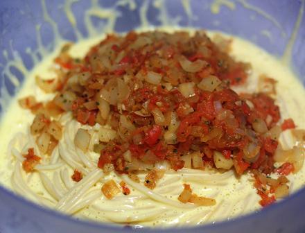 Omleta cu spaghette,  legume si crema de branza