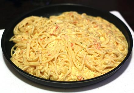 spaghette cu ou,  legume si crema de branza
