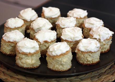 minitarte din blat de pandispan cu crema de branza mascarpone si dulceata
