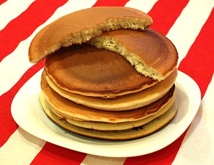 Tort de pancakes cu crema de ciocolata