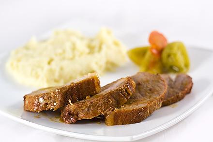Muschi de Porc in Vin cu Piure si Gogonele Murate