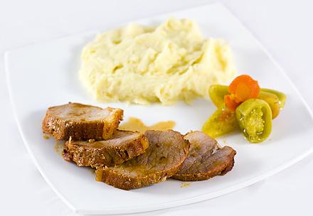 Reteta Muschi de Porc in Vin cu Piure si Gogonele Murate