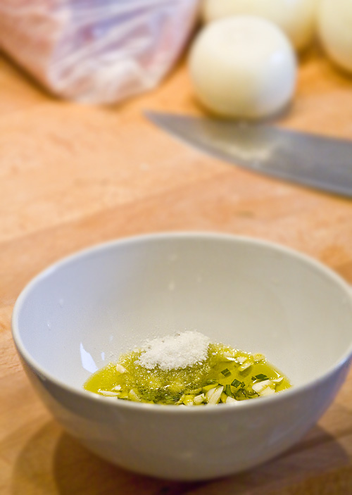 dressing din ulei de masline, usturoi, rozmarin si sare