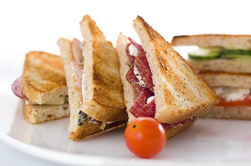 sandwichuri cu paine prajita